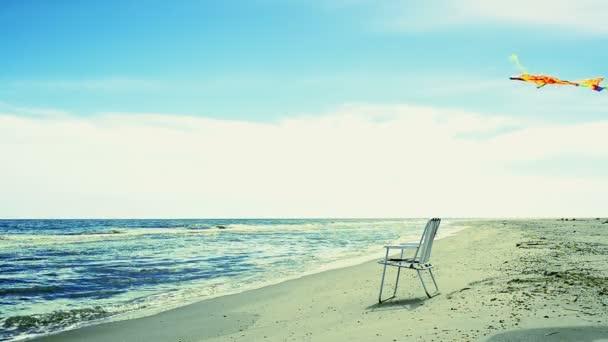 Chaise salonek na pláži, moře a drak. Summer Time in Beach Sea Shore