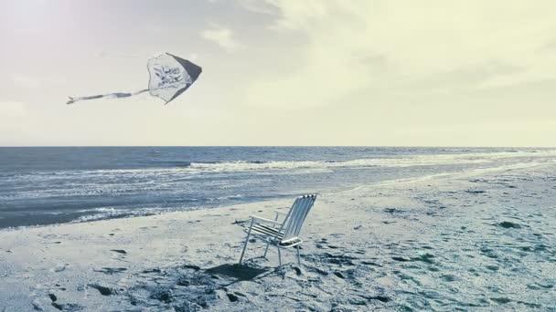 Chaise salonek na pláži, moře a drak. Odpočinek na pláži.
