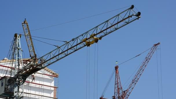 Dreharbeiten für den Bau von Wohngebäuden, Betrieb des Krans. Bau von Wohngebäuden.
