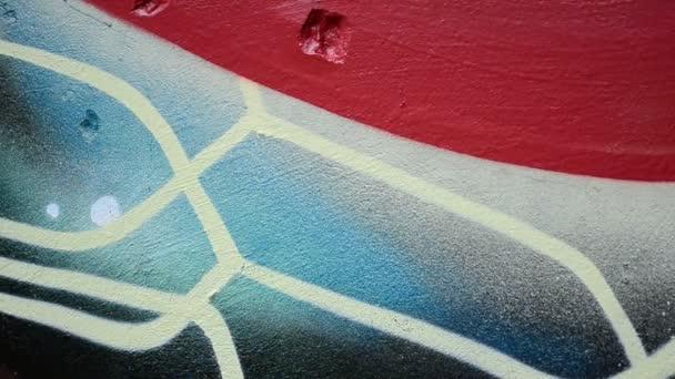 Graffiti na plotě, pozadí. Umělec kreslí graffiti