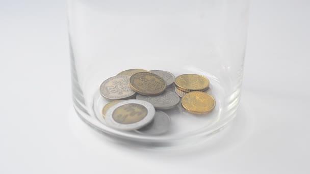 Padání mincí v bance. Mince v bance.