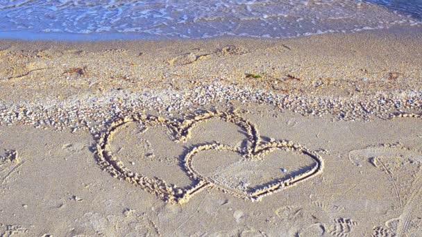 Die liebenden Herzen. Zwei Herzen am Strand.