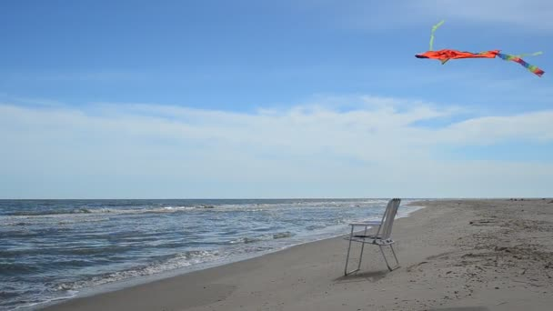 Liegestühle am Strand, am Meer und ein Drachen. Sommerzeit in Beach Sea Shore