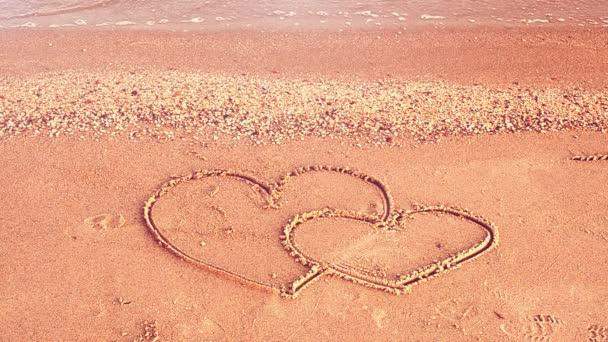 Zwei Herzen am Strand. Die liebevollen Herzen.