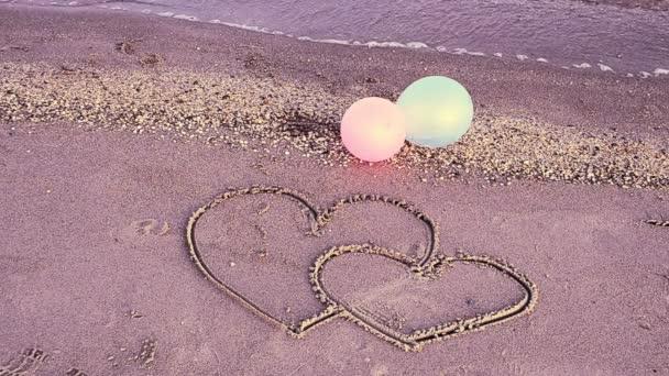 Dvě srdce na pláži. Milující srdce.