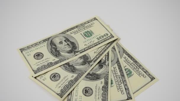100 dolarových bankovek. Bankovky na bílém pozadí, izolovat.