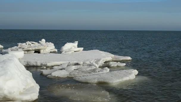 Dreharbeiten im Februar. Eisscholle im Meer, Winter.