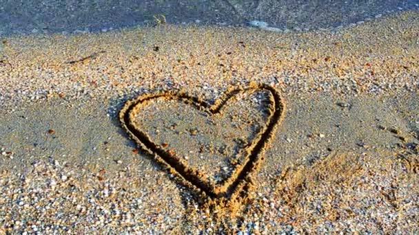 Herz auf Sand. Schießen am Strand. Schießen am Strand.