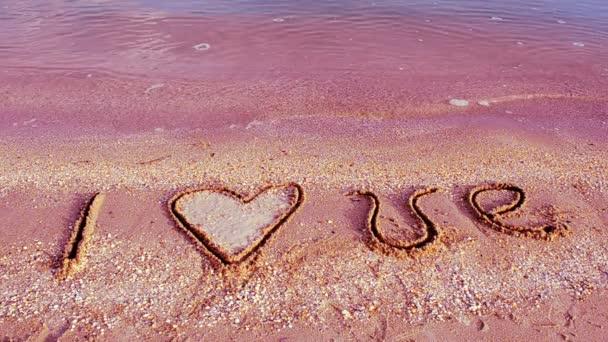 Zápis na písek. Miluju. Fotografování na pláži.