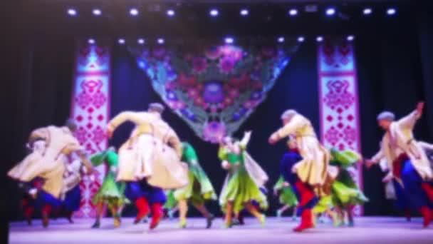 Ukrajinské národní tance. Rozostřený. Zpomalený pohyb.