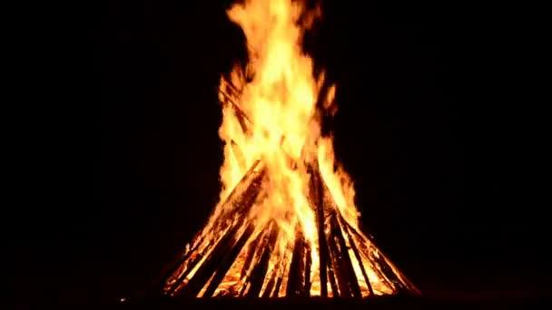 Feuer auf schwarzem Hintergrund. Feuerflamme
