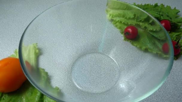 Padající salát odchází v misce.