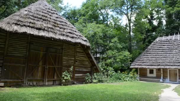 Ház, fák és fű. Ideális ökológia. Lviv, Ukrajna.