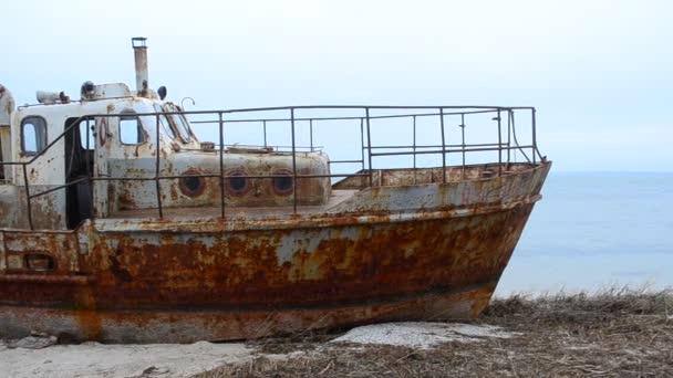 Loď a moře. Zrezivělá loď na skládce