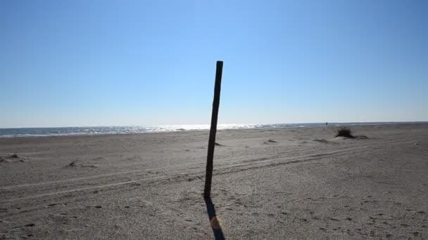 Oszlop a homokban. Oszlop a homokban az ég ellen