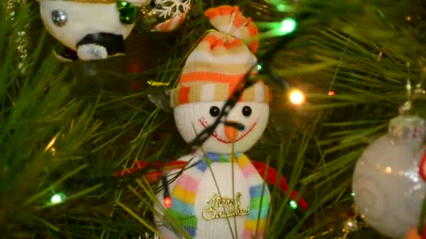 Krásné vánoční kožešiny-strom zdobené novoroční hračky