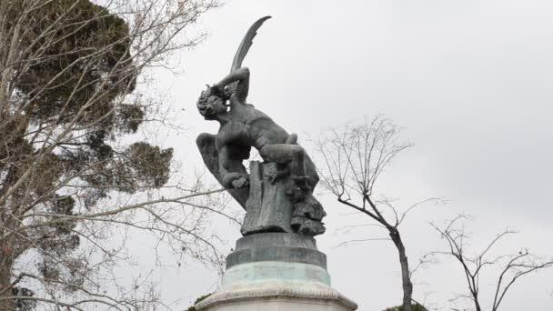 Madrid, Spanyolország fővárosa. Régi emlékmű a Retiro Parkban - a bukott angyal.