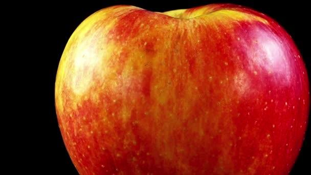 Jablko na černém pozadí. Natáčení na černém pozadí.