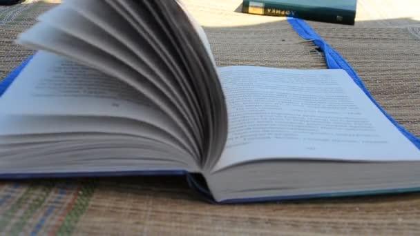 Egy nagy nyitott könyv. Lövöldözés nyáron.