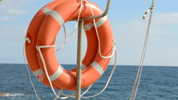 Rettungsring schwimmt auf sonnigem blauem Wasser