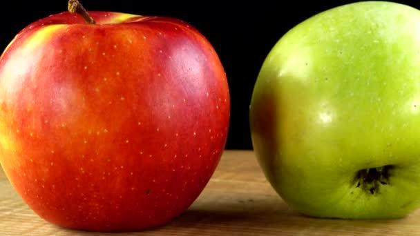 Jablka na černém pozadí. Řezací deska ve větě.