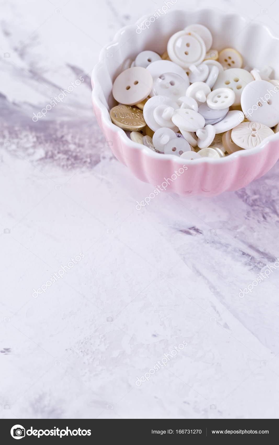 Rosa Schale Mit Weißen Knöpfen über Marmortisch U2014 Stockfoto