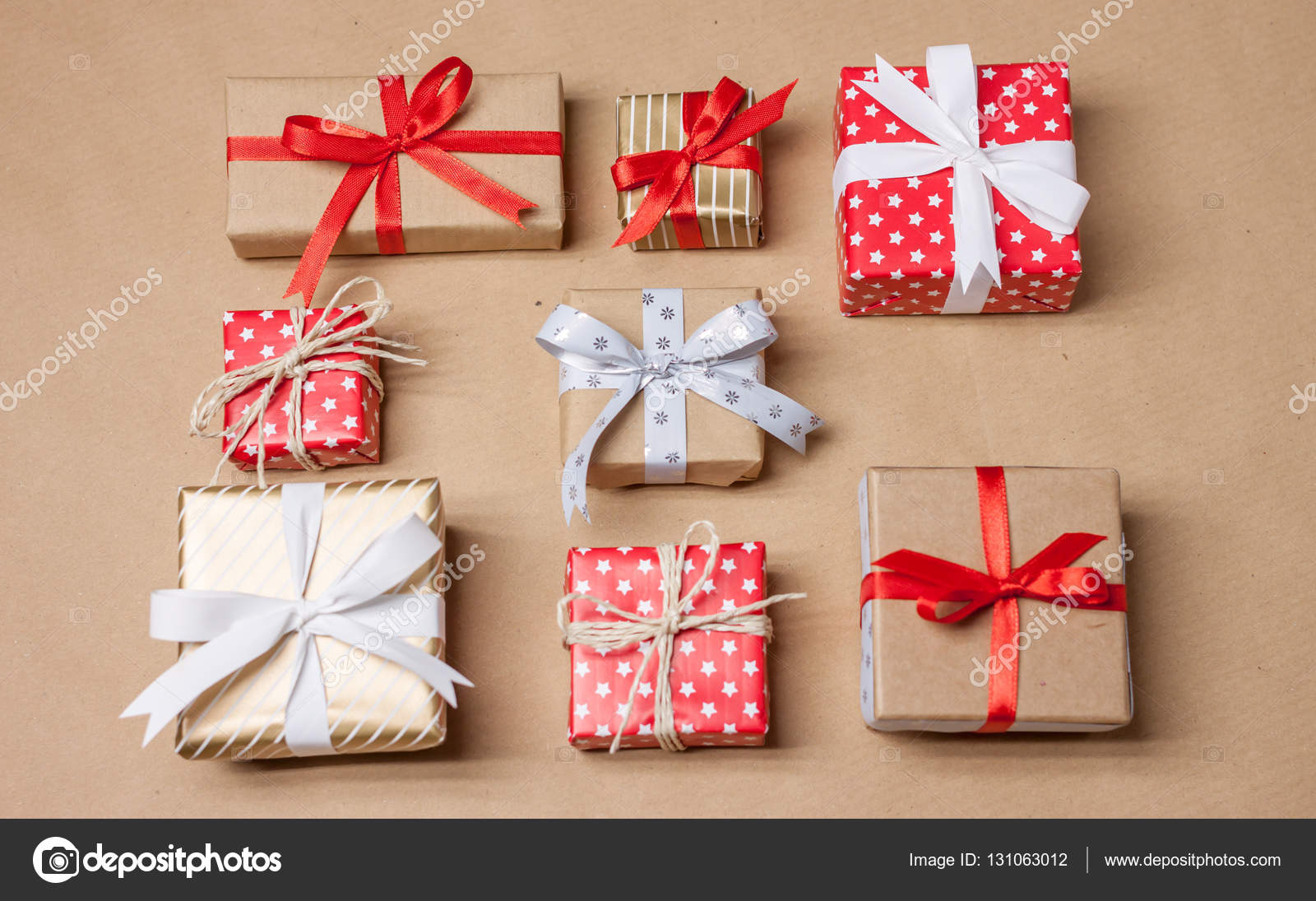 Weihnachtsgeschenke auf Handwerk Papier gelegt — Stockfoto ...