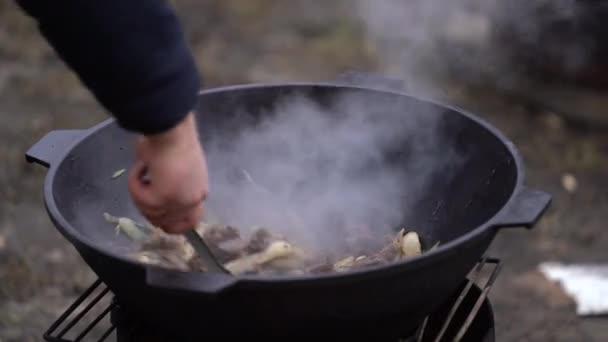 Hammelfleisch mit Zwiebeln im Kessel kochen