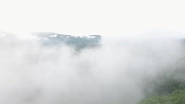 Kavkazské hory v létě, letecké wiev, mlha
