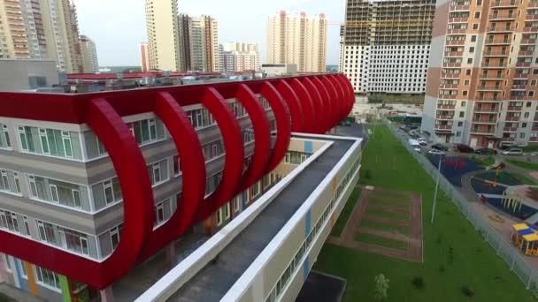 Külső modern iskola elemei piros, egy modern lakópark
