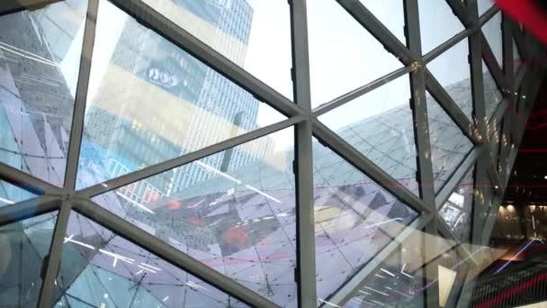Odrážející se mrakodrapy ve skleněných oknech