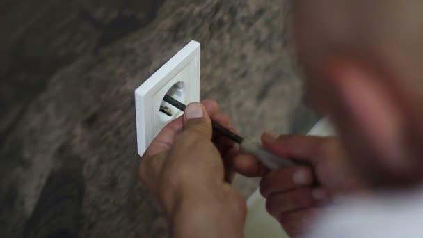 Instalace elektrické zásuvky - Detailní záběr