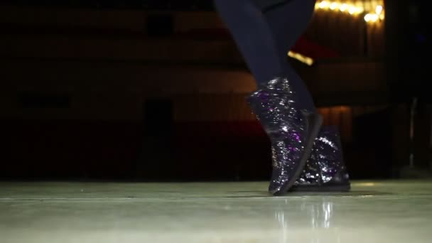 mladá žena nohy v lesklé boty tanec na jevišti