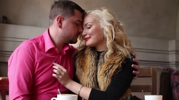 Pályázati pár a szerelem flörtölni, kávézó