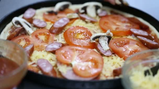 Kuchař připravuje pizzu. vrstva hub