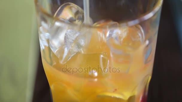 vylévající Ananasová šťáva na sklo s kostkami ledu