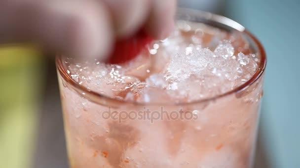 Příprava limonádu. kuchař házel jahoda sklo s koktejlem