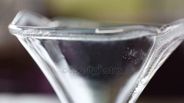 Uvedení nabral vanilková zmrzlina míč do prázdné skleněné mísy. Makro