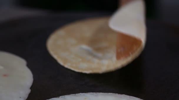 Šéfkuchař připravuje 3 palačinky a oškubat
