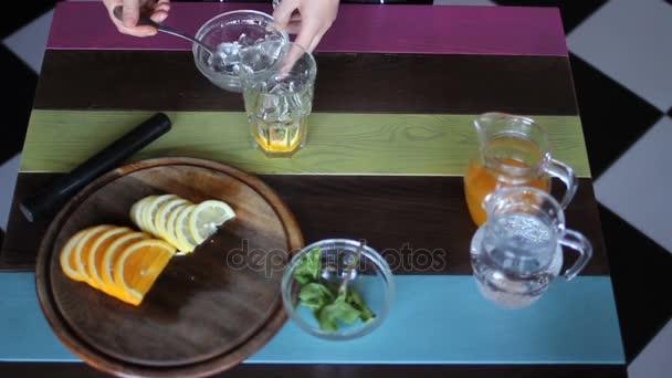 kuchař Příprava lehké letní koktejl do skla