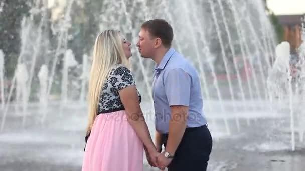milující pár objímání pozadí fontány