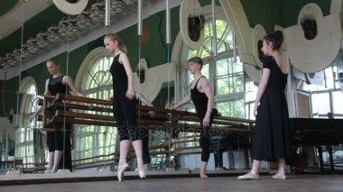 现代舞舞蹈串词_两个芭蕾舞舞者热身他们的腿和手和他们的老师 — 图库视频影像 ...