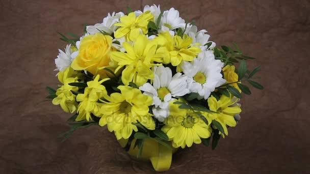 gelbe und weiße Blumen romantischen Blumenstrauß in der Tasse mit ...