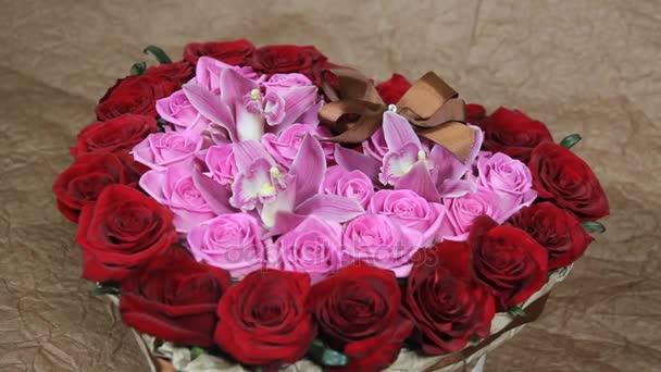 Červené růže a orchidej květiny kytice romance romantická láska