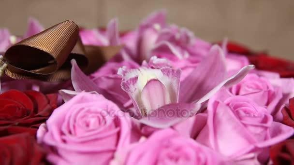 Vörös és rózsaszín rózsa csokor orchidea virágok közelről