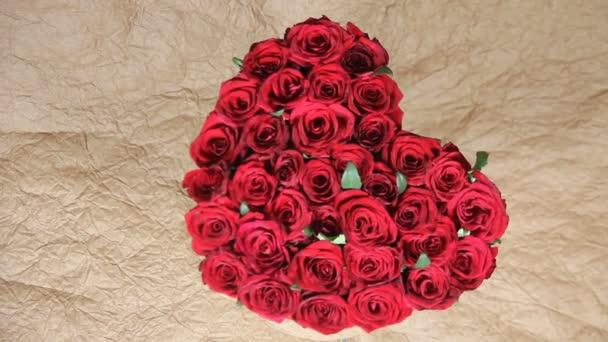 Vörös Rózsa virágok csokor a formája a szív a dobozban