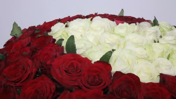 rote Rosen Strauß mit weißen Rosen in Herzform im Inneren. Nahaufnahme
