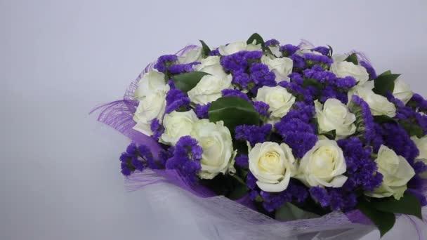 Kytice bílých růží s fialový dekor