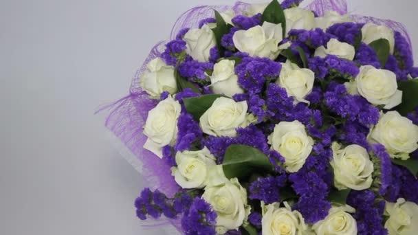 Weiße Blumen Rosen mit Veilchen Dekor — Stockvideo © sshtrikul ...