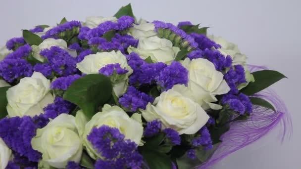 Bílé růže kytice s fialovou výzdobu. zprava doleva pohyb.